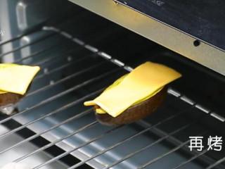 鸡蛋芝士焗牛油果,烤箱预热180度,烤10分钟,拿出来将芝士摆上,再烤3分钟。