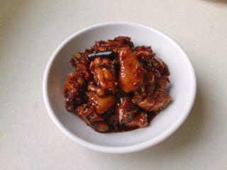 酒酿红烧鸡,装盘,最后撒上葱花