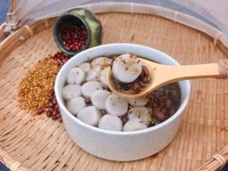 红豆椰香芋圆,椰香奶香十足的芋圆,软糯Q弹,搭配桂花香的红豆汤,就是一道美味又健康的甜品了