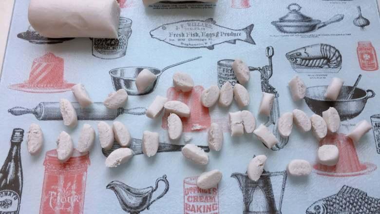 红豆椰香芋圆,用刀快速切成小粒