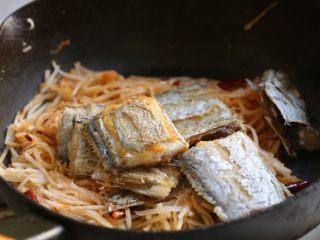 萝卜丝带鱼,放入煎好的带鱼。