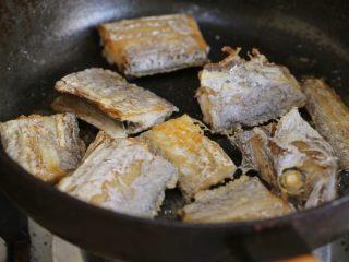 萝卜丝带鱼,锅内倒入油,加热至七成热,放入带鱼,一面煎透翻面再煎,外皮焦脆后捞出,沥油待用。