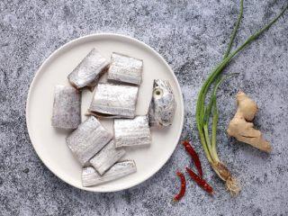 萝卜丝带鱼,带鱼去内脏仔细清洗干净,切成6厘米左右的长段,沥干水分待用。