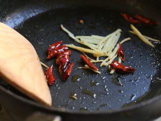 萝卜丝带鱼,锅内留底油,放入姜丝、辣椒段爆香。