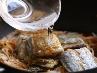 萝卜丝带鱼,加入适量清水。