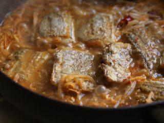 萝卜丝带鱼,煮开后小火煮约6分钟。