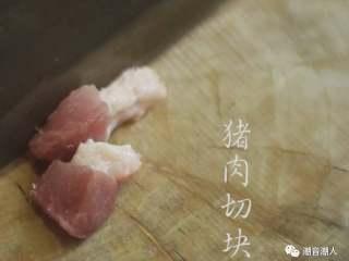 猪肉炒豆干,❥ 将<a style='color:red;display:inline-block;' href='/shicai/ 414/'>猪肉</a>切块,放置盘中,待用