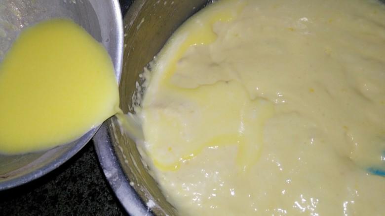 海绵蛋糕,将混合均匀的牛奶黄油沿盆边倒入 轻轻翻拌均匀 此时160度预热烤箱烤