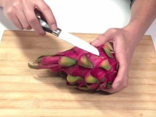 花样火龙果,用刀把火龙果的鳞片剥掉