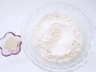 乌龟馒头,白色面团食材准备:面粉200g、酵母2g,温水110g,揉成软硬适中的光滑面团进行第一次发酵