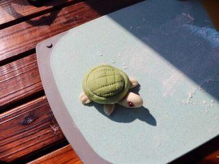 乌龟馒头,用干净的梳子在乌龟壳上压出交叉的痕迹,如图;萌萌的乌龟就做好了,发酵8-10分钟(冬季温度适当延长)