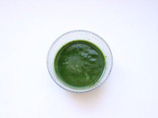 乌龟馒头,烫过的菠菜加温水打成泥状