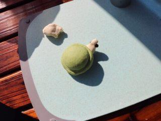 乌龟馒头,取白色面团做成水滴状做乌龟的头,红豆做点缀眼睛