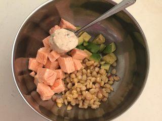 三文鱼牛油果沙拉,把所有食材都放在盆里,加入瑞典进口的辣根沙司调匀