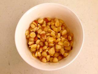 三文鱼牛油果沙拉,熟玉米粒