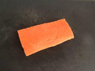 三文鱼牛油果沙拉,三文鱼清洗干净,用厨房纸巾吸去水分