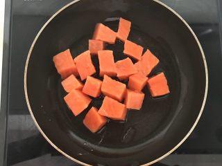 三文鱼牛油果沙拉,锅里加入橄榄油烧热后加入三文鱼,小火煎制