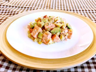 三文鱼牛油果沙拉,这道菜鲜香适宜,营养丰富,略带淡淡的辣根味道,口感独特!