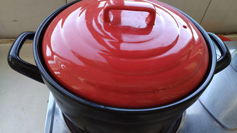 腊肠煲仔饭,盖盖,大火烧开,然后转最小火焖煮。
