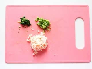 鲜虾蔬菜粒粒面(适合11个月龄以上的宝宝),所有材料拿出来再洗一遍,西兰花去梗,虾去头去壳,小油菜,全部剁成细碎末