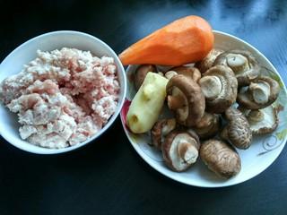 自制香菇烧卖,准备好食材,香菇,生姜,胡萝卜洗净。