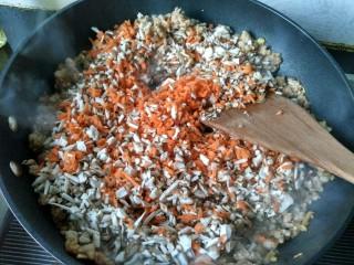 自制香菇烧卖,放香菇,胡萝卜翻炒,然后放盐,酱油。