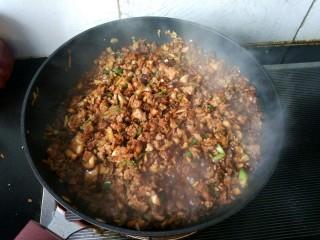 自制香菇烧卖,肉末炒好了,关火。