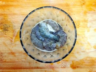 百变鸡蛋+创意菜_金灿灿的虾扯蛋,海虾去头,剥去壳,去虾肠虾线,洗净,入一点点料酒,一点点白胡椒粉,一点点淀粉,抓均匀,腌制,备用