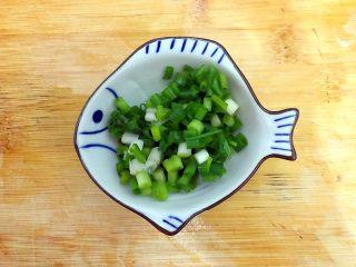 百变鸡蛋+创意菜_金灿灿的虾扯蛋,小葱洗净,如图所示,切圈,备用
