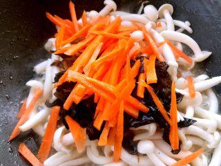 清炒白玉菇,再下去胡萝卜