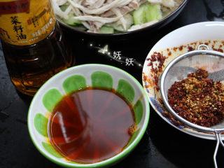 口水鸡,待油温稍微回落一些,将油分三次倒入辣椒粉,用漏勺滤出红油。