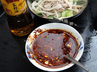 口水鸡,红油加少许辣椒,加盐,味精,料酒,生抽,白醋,姜,蒜调成料汁。