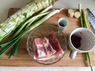 青笋回锅肉,食材合照:猪五花肉一块,青笋一根,蒜苗四根,小葱两三根,姜一块,花椒少许,郫县豆瓣酱一勺,如果有干豆豉,也要一勺用刀剁碎
