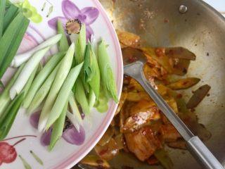 青笋回锅肉,加入蒜白翻炒均匀