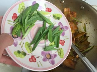 青笋回锅肉,尝下咸淡,基本不用再加盐了,口重的亲可根据自己口味添加少许食盐。加入蒜叶翻炒均匀出锅