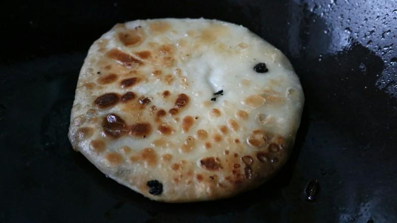 ≈梅干菜烧饼≈,锅烧热刷油,放入面饼,小火煎