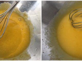 超滿足的肉松小貝,加入油攪拌均勻;