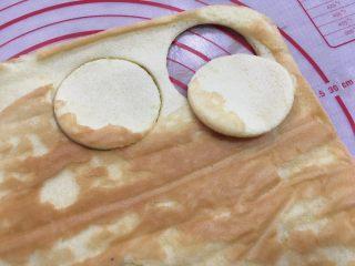 超滿足的肉松小貝,用模具切成圓形,兩個一組;