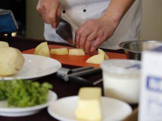 德式土豆泥,1把土豆切成大块,用清水清洗去掉表面的淀粉。