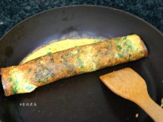 芥菜厚蛋烧,中小火煎至蛋液凝固,关火卷起