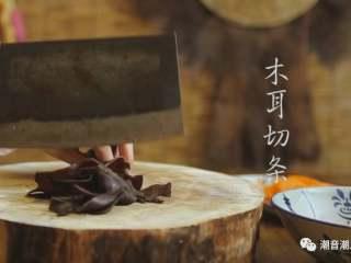 甘笋木耳炒虾仁,❥ 将木耳洗干净,切条,放置盘中,待用