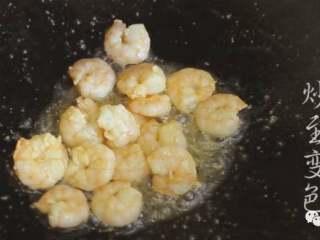 甘笋木耳炒虾仁,❥ 然后倒掉锅中的水,热锅,将锅中的水分蒸发掉,便可倒入适量的油,再放入虾仁,爆炒