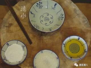 甘笋木耳炒虾仁,❥ 接着制作芡汁,在碗中倒入适量的水,依次加入芝麻油、砂糖和栗米粉,搅拌均匀即可