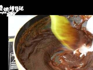 春天撩汉的套路,是你冬天补过的脑,麦芽糖融化后,水淀粉芡汁下锅前再搅一搅,徐徐倒下,同时不断搅拌枣浆,混合均匀。