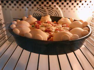 可爱小熊披萨,入预热好的烤箱中层200度上下火烤20分钟。 火力时间根据自己烤箱调节。