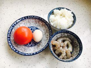 #炒饭秀# 番茄虾仁炒饭,准备好所有的食材。