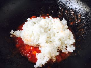 #炒饭秀# 番茄虾仁炒饭,放入米饭。