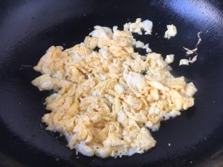 #炒饭秀# 番茄虾仁炒饭,把鸡蛋炒熟,盛出备用。