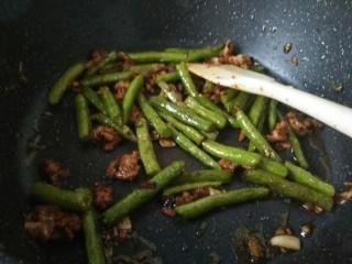 干煸豆角,出锅前撒少许盐即可关火。
