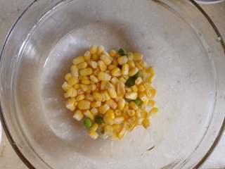 玉米豌豆虾仁,玉米和豌豆一起焯下水,再用凉水拔透,备用